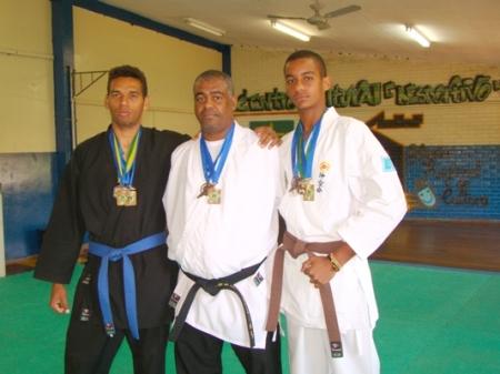 Elias Custódio (C) ao lado dos campeões (Foto: Graciliano Cândido)